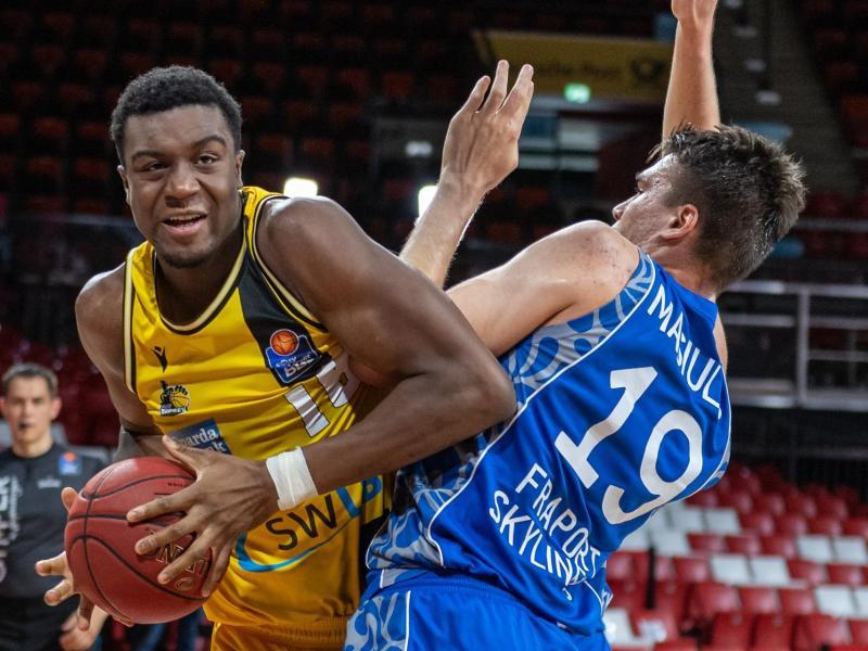 Ariel Hukporti (l) spielt in der Basketball-Bundesliga für die MHP Riesen Ludwigsburg