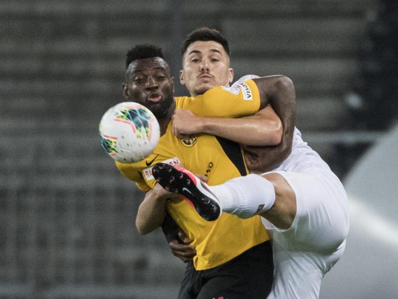 YB-Spieler Jean-Pierre Nsame (l.) kämpft mit Mirlind Kryeziu um jeden Zentimeter