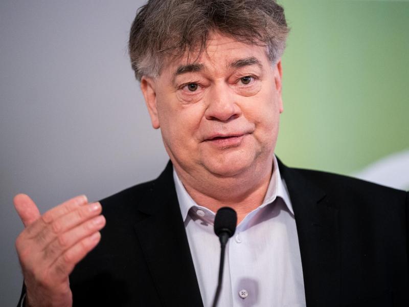 Will wieder Zuschauer in begrenzter Anzahl in die Stadien lassen: Österreichs Vizekanzler und Sportminister Werner Kogler