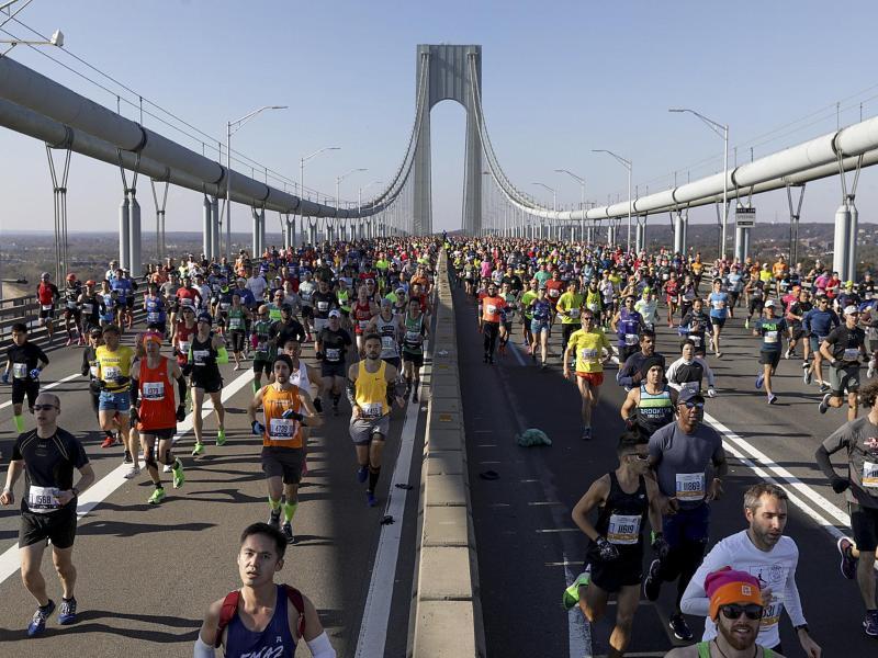 Läufer überqueren beim New York Marathon die Verrazano Narrows Bridge in Staten Island