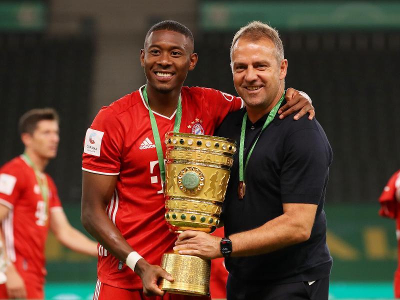 Doublesieger: David Alaba (l) und Bayern-Coach Hansi Flick. Foto: Alexander Hassenstein/Getty Images Europe/Pool/dpa