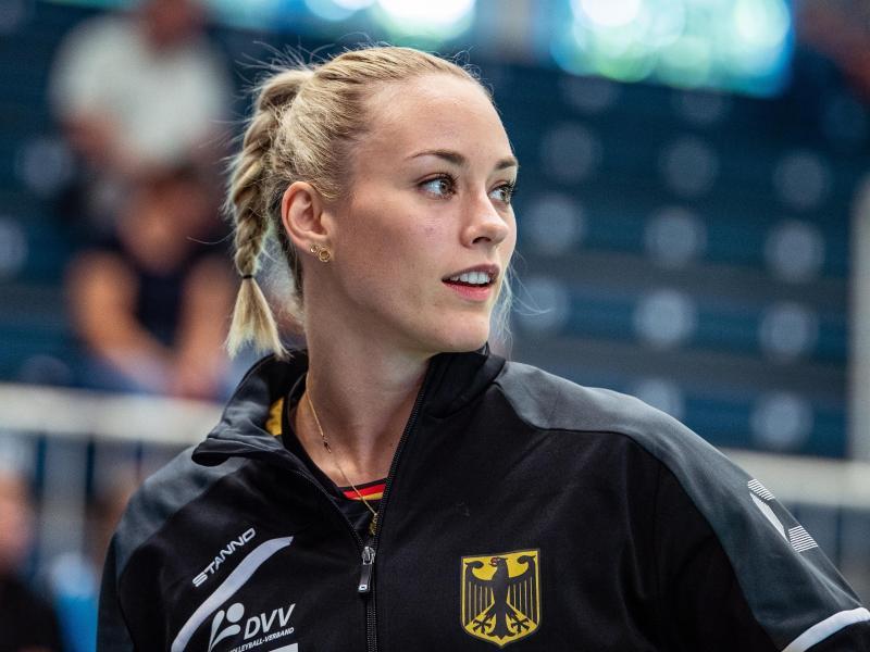 Unternimmt einen Ausflug in den Sand: Hallen-Nationalspielern Louisa Lippmann