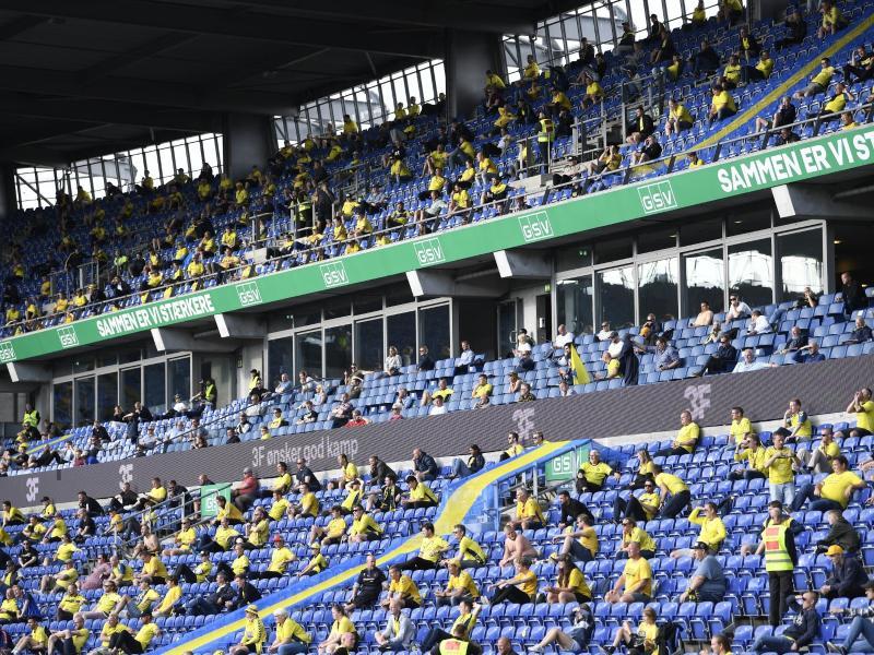 In der dänischen Superliga wurden wieder Begegnungen vor einigen Tausend Anhängern ausgetragen