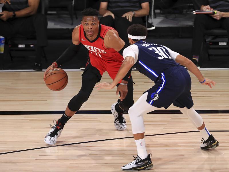 Russell Westbrook (l) von den Houston Rockets dribbelt gegen Seth Curry (r) von den Dallas Mavericks