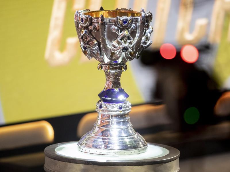 Der Pokal der LoL--Weltmeisterschaft