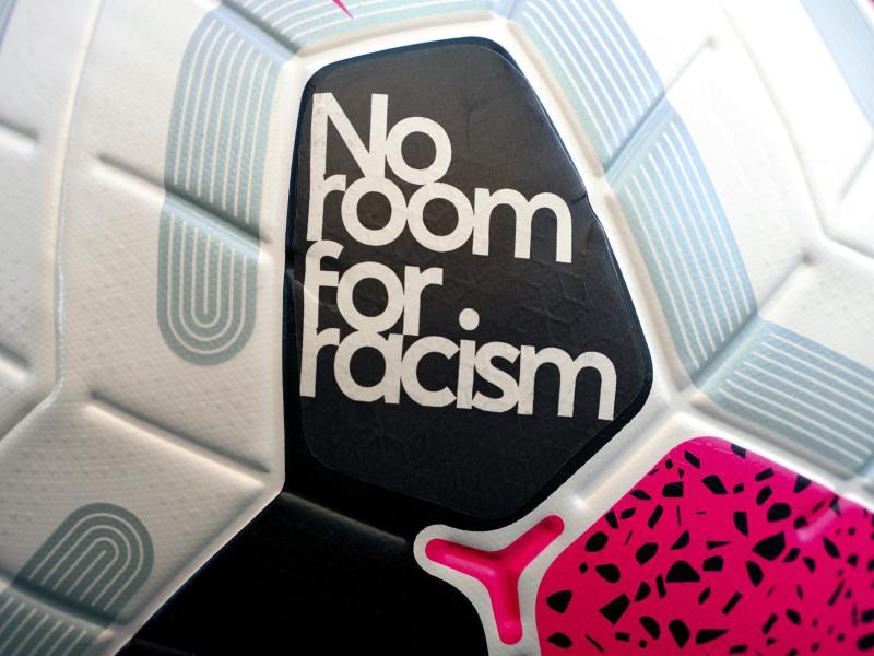 In England können Fußballspieler bald für diskriminierendes Verhalten mit einer Sperre von sechs bis zwölf Spielen belegt werden