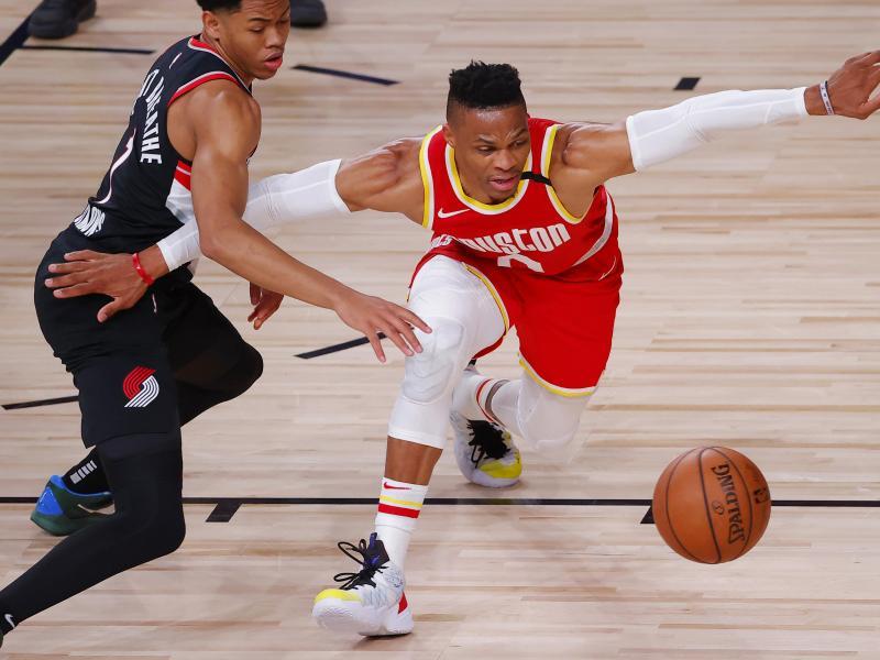 Muss um die Fortsetzung der NBA-Playoffs bangen: Houstons Russell Westbrook (r)