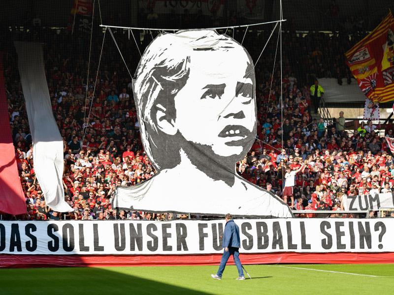 Freiburger Fans bringen ihren Unmut zur Situation des Fußballs zumAusdruck