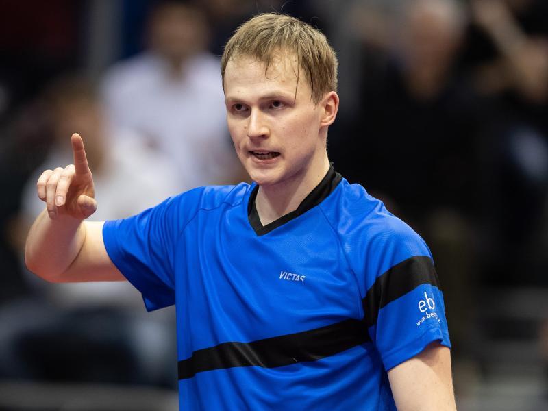 Benedikt Duda zeigt den Finger nach oben