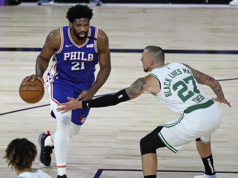 Daniel Theis (r.) von den Boston Celtics im Duell mit Philadelphias Joel Embiid