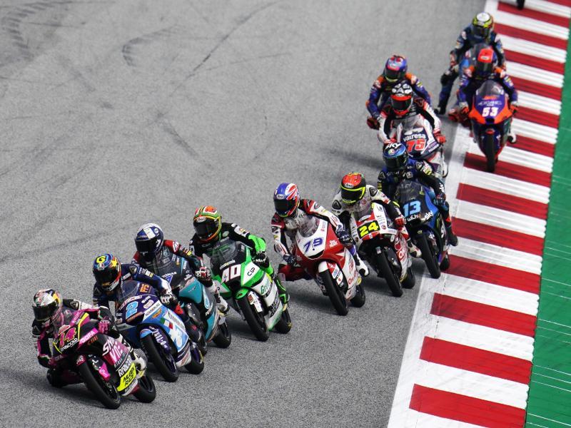 Moto3-Piloten lenken ihre Motorräder nach dem Start in Spielberg in eine Kurve