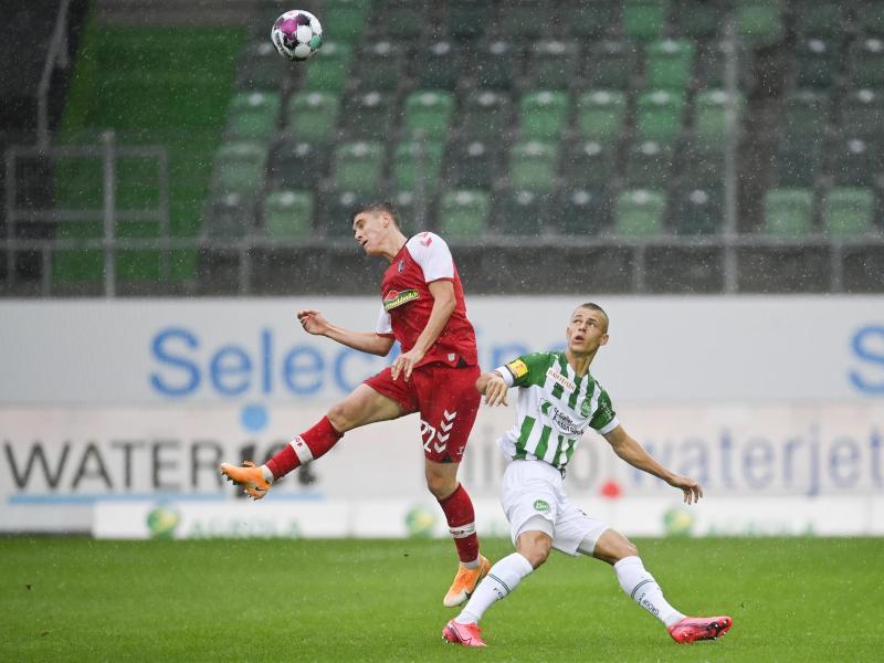 Freiburgs Roland Sallai (l) im Zweikampf mit Miro Muheim vom FC St. Gallen
