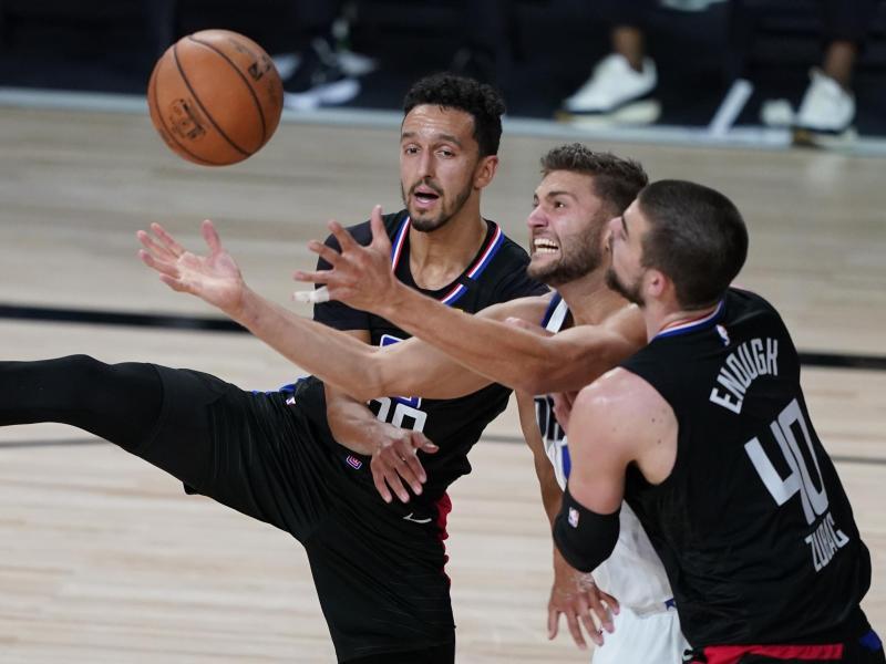 Maxi Kleber (M) von den Dallas Mavericks versucht sich gegen Landry Shamet (l) und Ivica Zubac (r) von den Los Angeles Clippers durchzusetzen