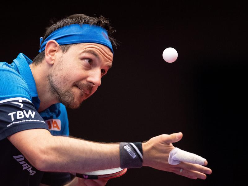 Tischtennis-Ass Timo Boll beim Aufschlag