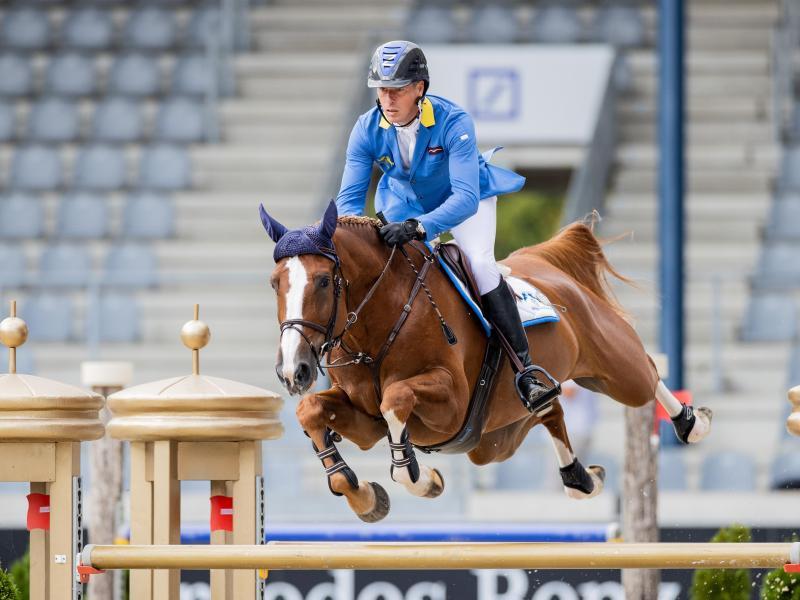 Christian Ahlmann überspringt auf seinem Pferd Mandato ein Hindernis