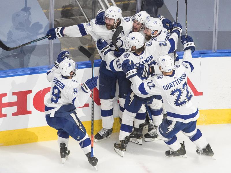 Die Spieler von Tampa Bay Lightning jubeln über einen Treffer gegen die Islanders