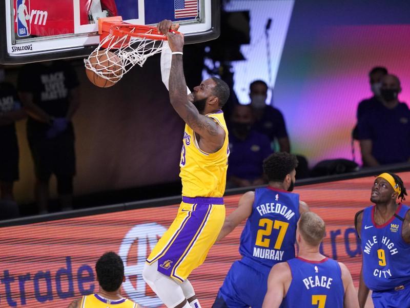 LeBron James von den Los Angeles Lakers (oben) punktet und hängt am Korb