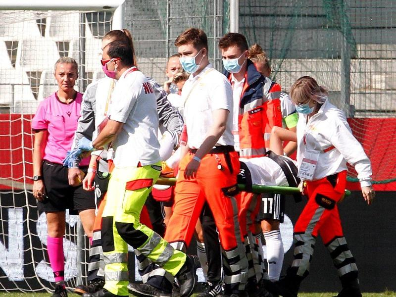 Nationalspielerin Giulia Gwinn wird verletzt vom Platz getragen und ins Krankenhaus gebracht