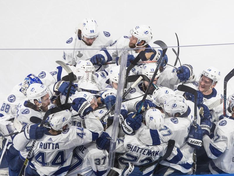 Die Spieler der Tampa Bay Lightning feiern den Sieg gegen die Dallas Stars
