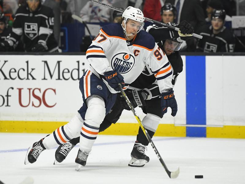 Connor McDavid (l) von den Edmonton Oilers wurde positiv auf das Coronavirus getestet