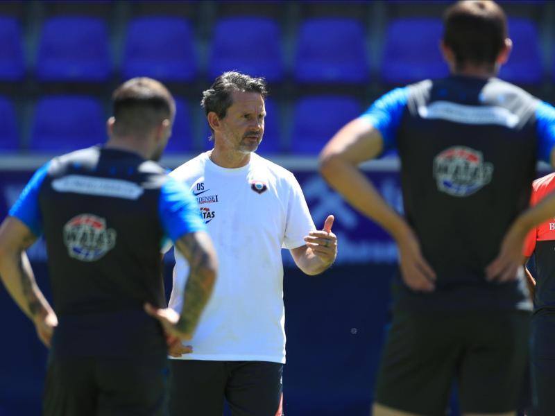 Trainer Dirk Schuster (M) kann mit dem FC Erzgebirge Aue wieder das Training aufnehmen