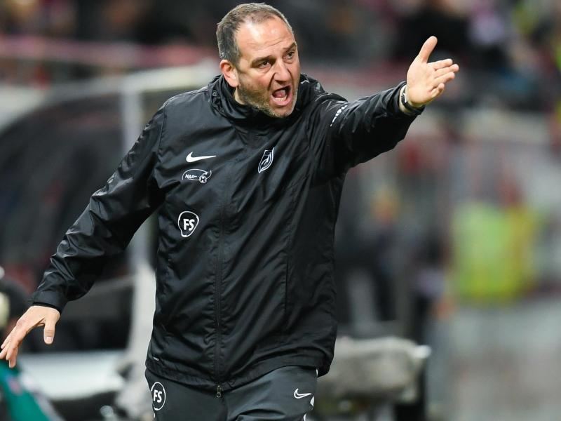 Musste ins Krankenhaus: Heidenheims Trainer Frank Schmidt