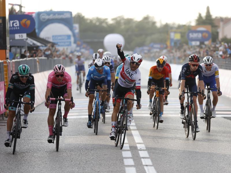 Der Italiener Diego Ulissi (M) vom Team Emirates (VAE) feiert seinen Etappensieg