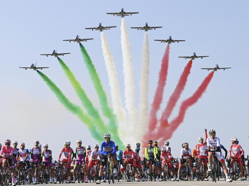 Eine Kunstflugstaffel der italienischen Luftwaffe fliegt über das Fahrerfeld hinweg