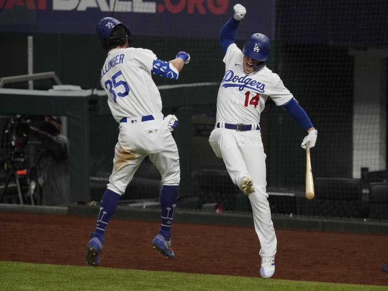 Cody Bellinger (l) und Enrique Hernandez von den Los Angeles Dodgers feiern den Sieg gegen die Atlanta Braves