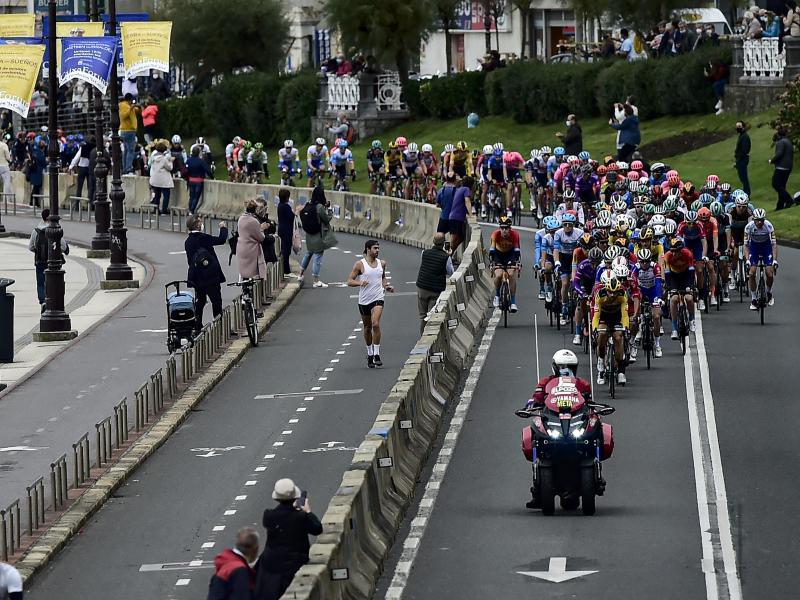 Das Fahrerfeld auf der ersten Vuelta-Etappe in Aktion