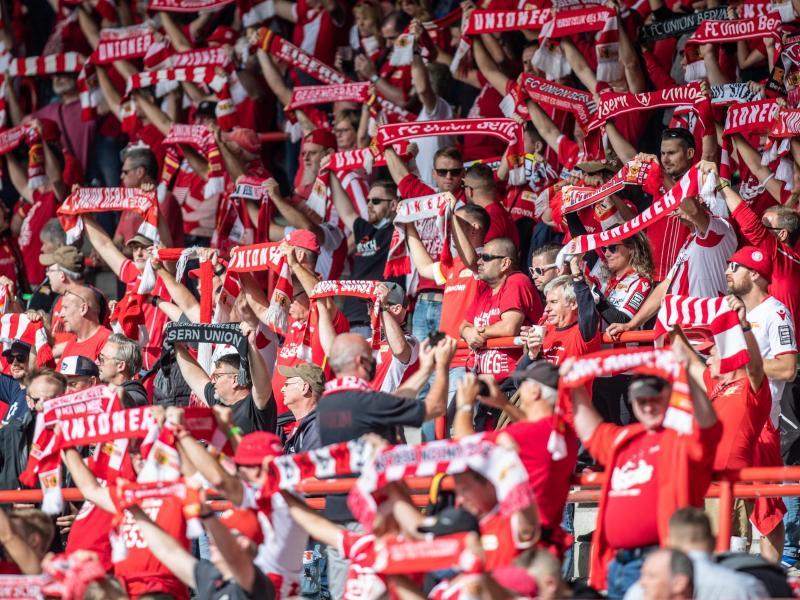 Trotz eines drastischen Anstiegs der Infektionszahlen in Berlin darf der 1. FCUnion sein Heimspiel gegen den SCFreiburg vor rund 4500 Zuschauern austragen