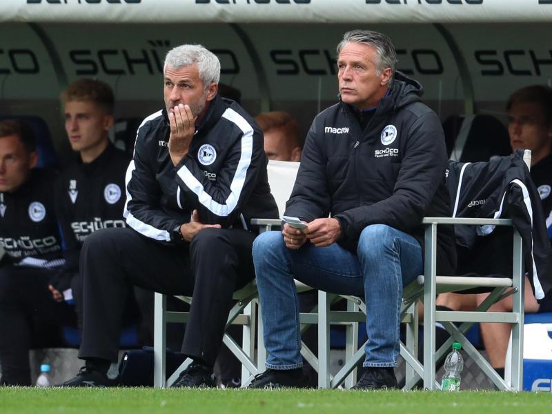 Bielefelds Co-Trainer Peter Nemeth (1. Reihe, l-r) und Chef-Trainer Uwe Neuhaus sitzen am Spielfeldrand