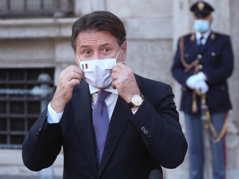 Giuseppe Conte, Ministerpräsident vonItalien, richtet seinen Mund-Nasen-Schutz bei einer Pressekonferenz