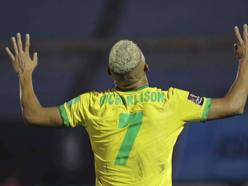Richarlison feiert seinen Treffer für Brasilien