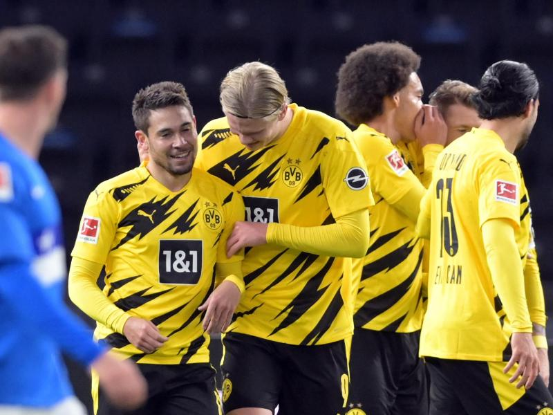 Dortmunds Raphaël Guerreiro (l.) jubelt nach seinem Treffer zum 4:1 mit Erling Håland. Foto: Soeren Stache/dpa-Zentralbild/dpa