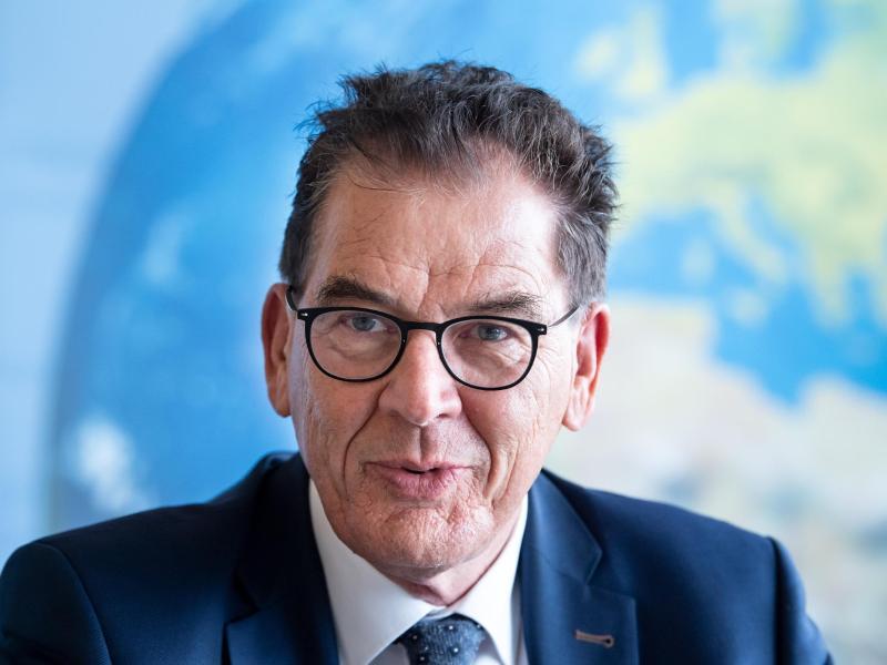 Entwicklungsminister Gerd Müller (CSU) fordert die Fußball-Bundesliga auf, klimaneutral zu werden
