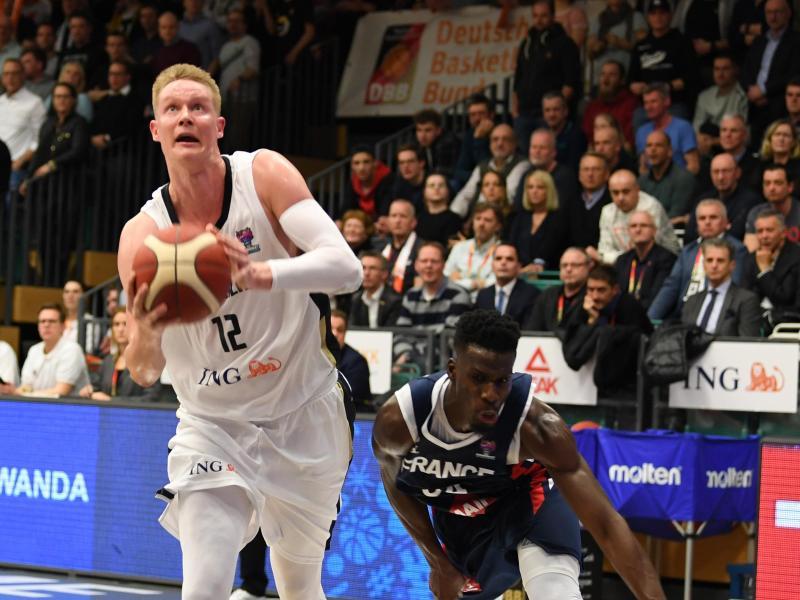 Robin Benzing (l) tritt mit Deutschlands Basketballer unter anderem gegen Frankreich an