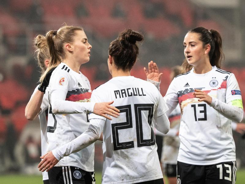 Laura Freigang (l.) erzielte drei Treffer gegen Griechenland
