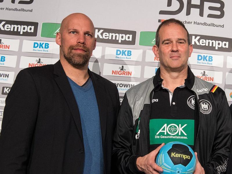 DHB-Vorstand Axel Kromer (l) und Frauen-Bundestrainer Henk Groener