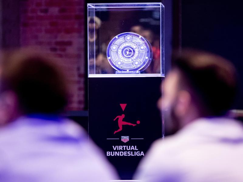 Die Meisterschale ist beim «Grand Final» der Virtual Bundesliga (VBL) zu sehen