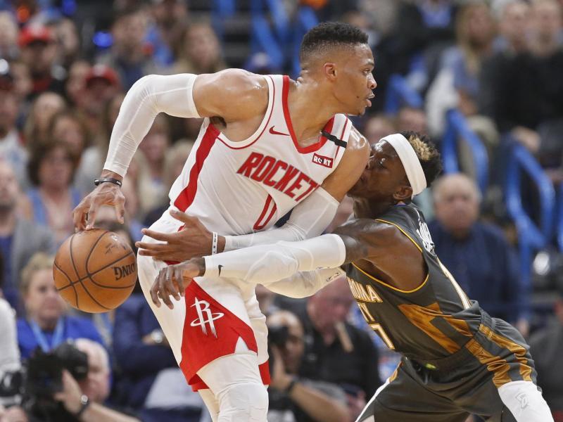 Russell Westbrook (l) spielte nur eine Saison für die Houston Rockets