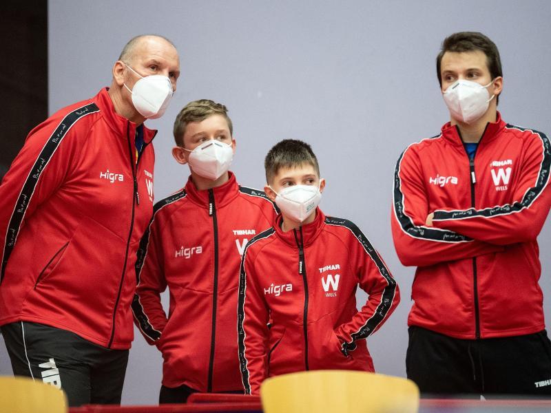 Feierten mit 12 Jahren ihr Debüt in der Tischtennis-Königsklasse: Julian Rzihauschek (2.v.l) und Petr Hodina (2.v.r)