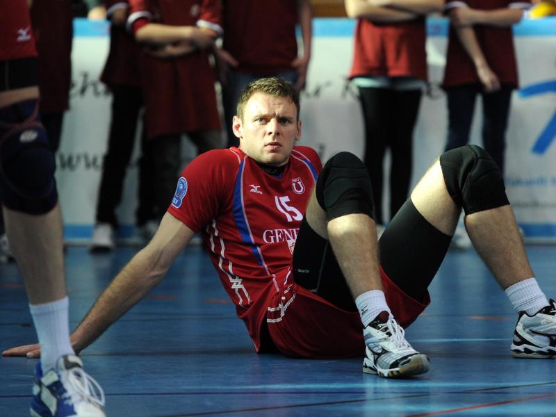 Volleyballer Roy Friedrich sitzt nach einem Spiel auf dem Platz