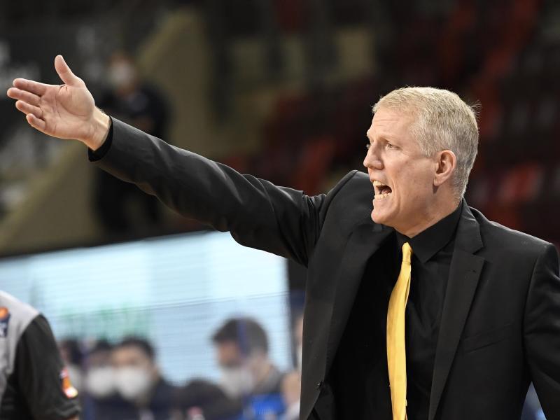 Ludwigsburgs Trainer John Patrick gibt seiner Mannschaft die Marschroute vor