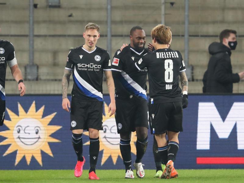 Erleichtert Dank eines Tores von Reinhold Yabo (2.v.r) kann Arminia Bielefeld die Abstiegsränge verlassen