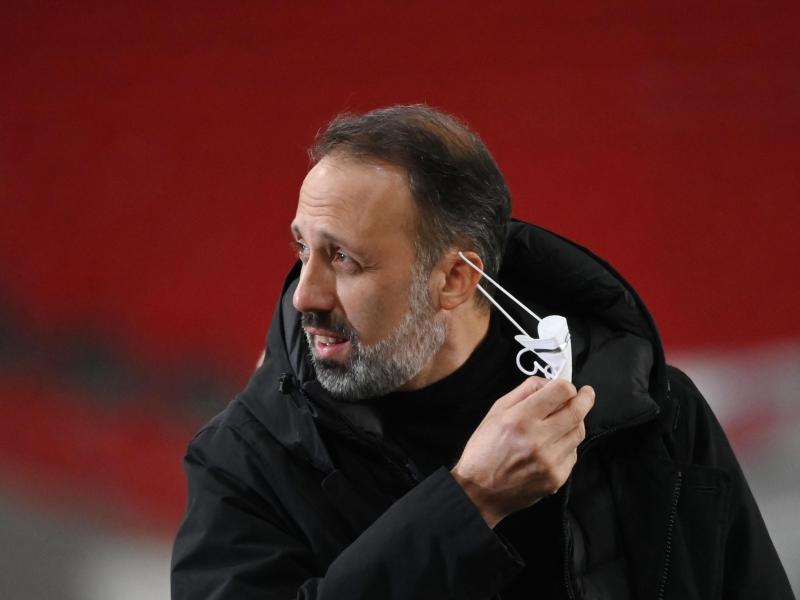 Stuttgarts Trainer Pellegrino Matarazzo nimmt seine Maske vor dem Spiel ab