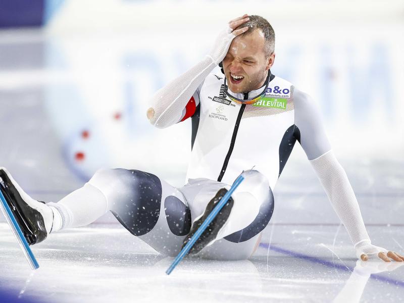 Eissprinter Nico Ihle hält sich nach einem Sturz den Kopf