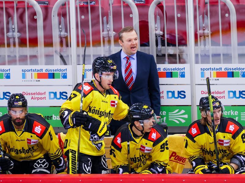 Mihails Svarinskis (hinten) ist nicht mehr Trainer der Krefeld Pinguine