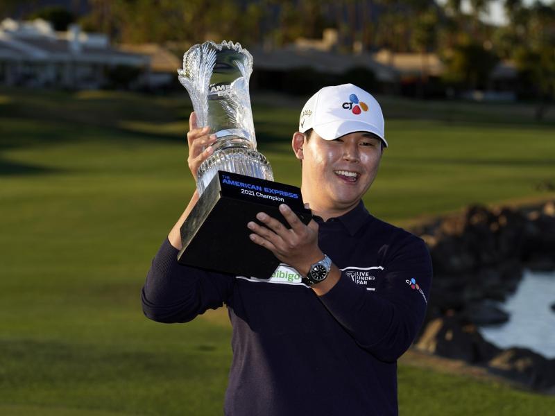 Freude nach demSieg: Si Woo Kim hält die Siegertrophäe in der Hand