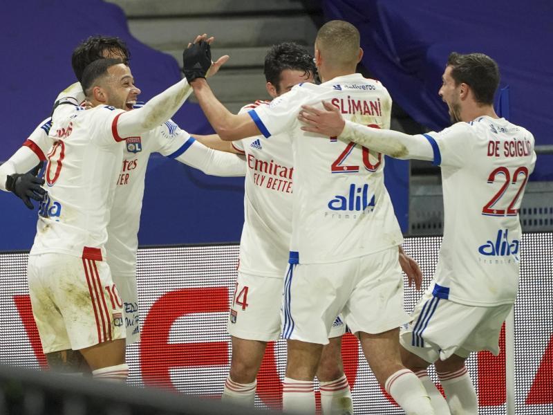 Lyons Spieler jubeln über ein Tor im Spiel gegen Girondins Bordeaux